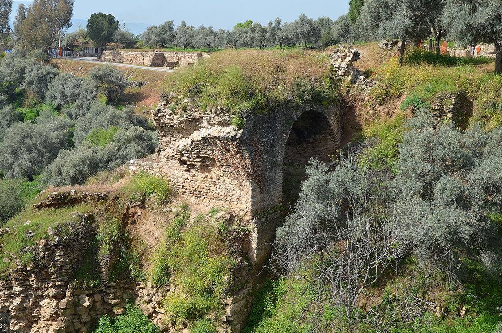 The late imperial Roman bridge, the 100 m (328 ft) long substructure was the second largest of its kind in antiquity after the Pergamon Bridge.