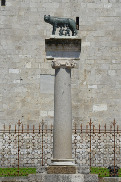 The Roman column in Piazza Capitolino, with the Capitoline She-Wolf donated by the city of Rome in 1919, twenty-one centuries since the foundation of Aquileia.