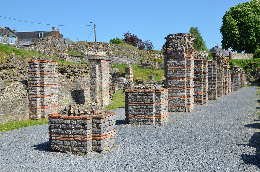 The remains of the semi-underground galleries known as the cryptoporticus. It was probably used as a walking area since the quality of the structure and its decoration are outstanding.