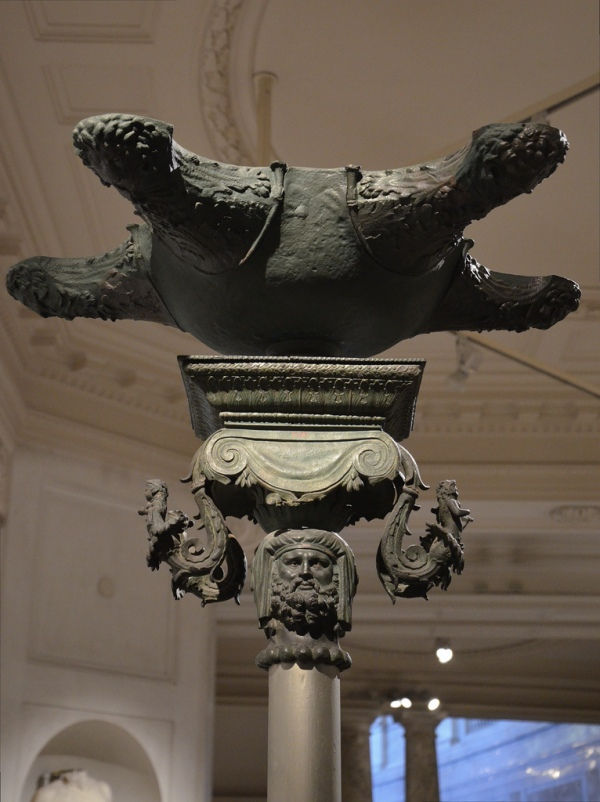 Bronze oil lamp with ionic capital and decorated with two busts of Hercules and Omphale, Roman period.
