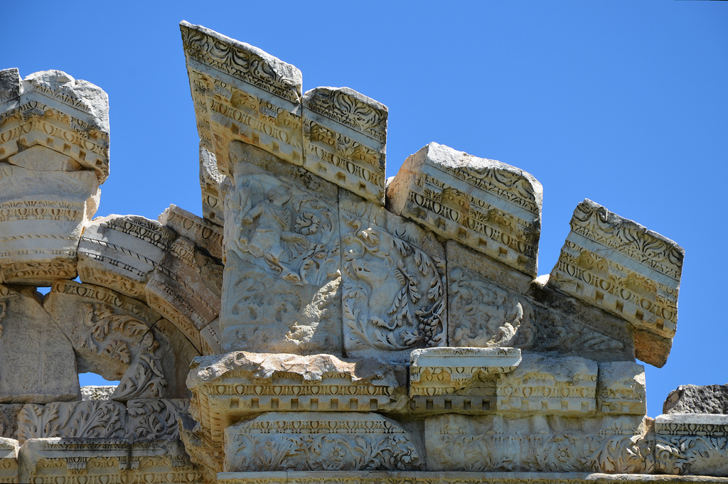 The pediment of the Tetrapylon over the west columns was decorated with relief figures of Eros and Nike hunting among acanthus leaves.