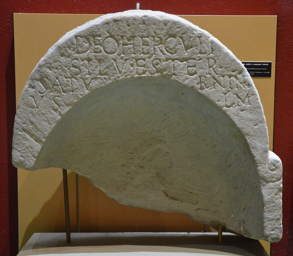 Top of stela with dedicatory inscription. DEO HERCVLI/SILVESTER/SATVRNINI/ V(otum) S(olvit) L(ibens) M(erito). To the god Hercules; Silverster, (son of) Saturninus,