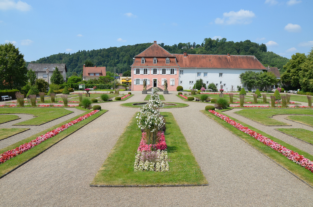 The Edelhaus dating back to the early 18th century (1725). It houses the museum archaeological finds (mainly replicas, originals in Saarebrucken) and and other paintings from contemporary painters of the region. For noble house is designed in the Baroque style garden, which was created after the excavation of the Vicus.