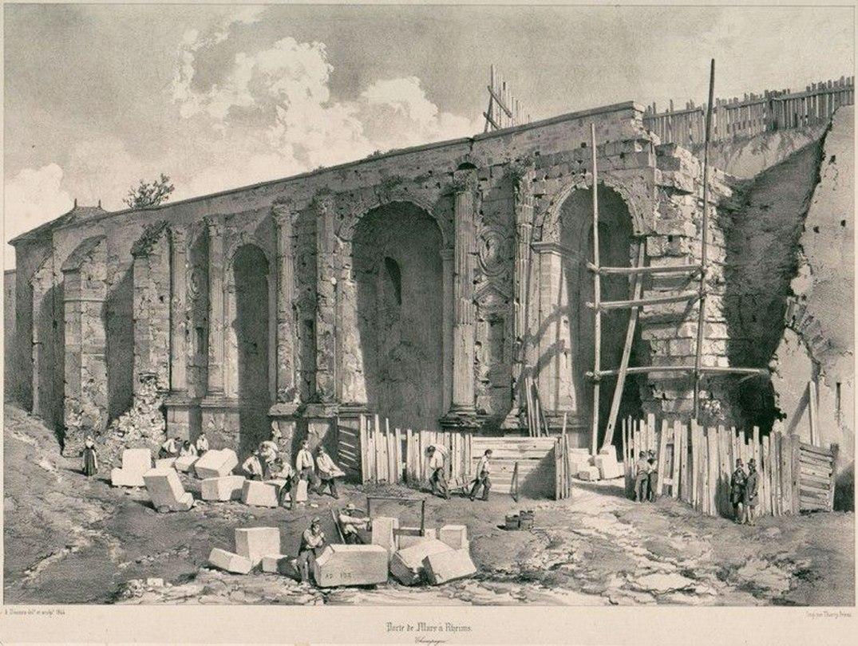 Dégagement de la porte de Mars, vers 1845-1850. Gravure d'Adrien Dauzats, éditée par Lemercier (Paris). L'arc est encore pris dans le rempart médiéval (BM Reims 22-060).