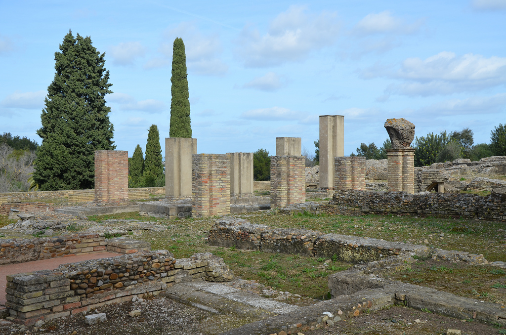 This peristylium of the House of the Exedra. This peristylium is rectangular. It has an oval fountain at its central axis. Portico perimetral supporting does not need columns, as is usual. Instead of them there were big pillars with a plan with a shape of cross.