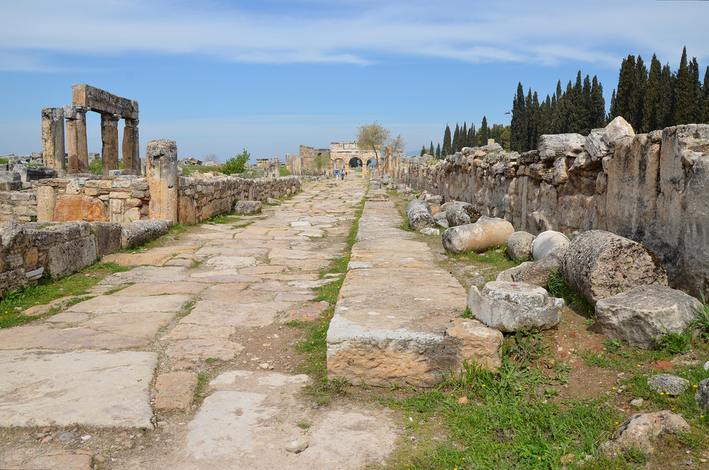 The paved street was 14 m wide and had an elevated pavement. A long drain covered with monolithic slabs ran in the middle of the street. On both sides of the impressive street with the double colonnade there were houses and shops with continuous Doric facades.