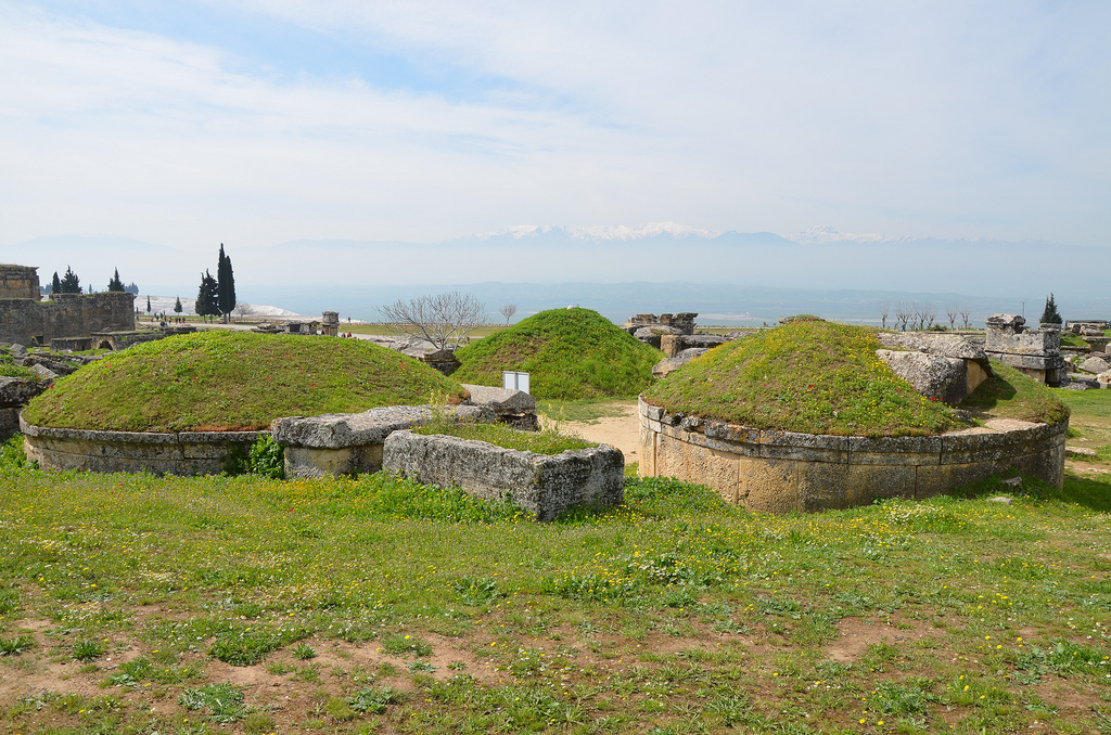 The oldest tombs date from the Hellenistic period (1st-2nd c. BC). They are tumuli, whose vaulted burial room was founded on a circular wall at the bottom; they sometimes had a separate entrance. The vault of the roof was covered with soil.