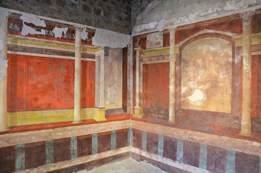 North-east corner of the Lower cubiculum with architectural decoration.